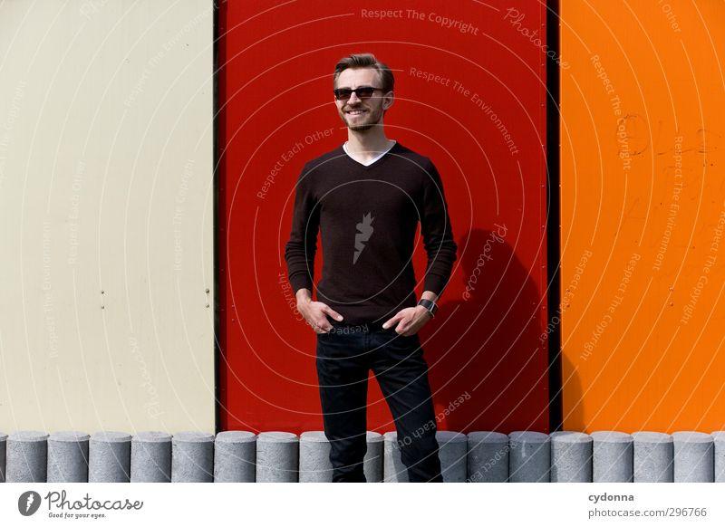 Mittendrin Mensch Jugendliche Stadt Farbe rot Erwachsene Junger Mann Wand Leben Freiheit 18-30 Jahre Mauer Stil orange elegant stehen
