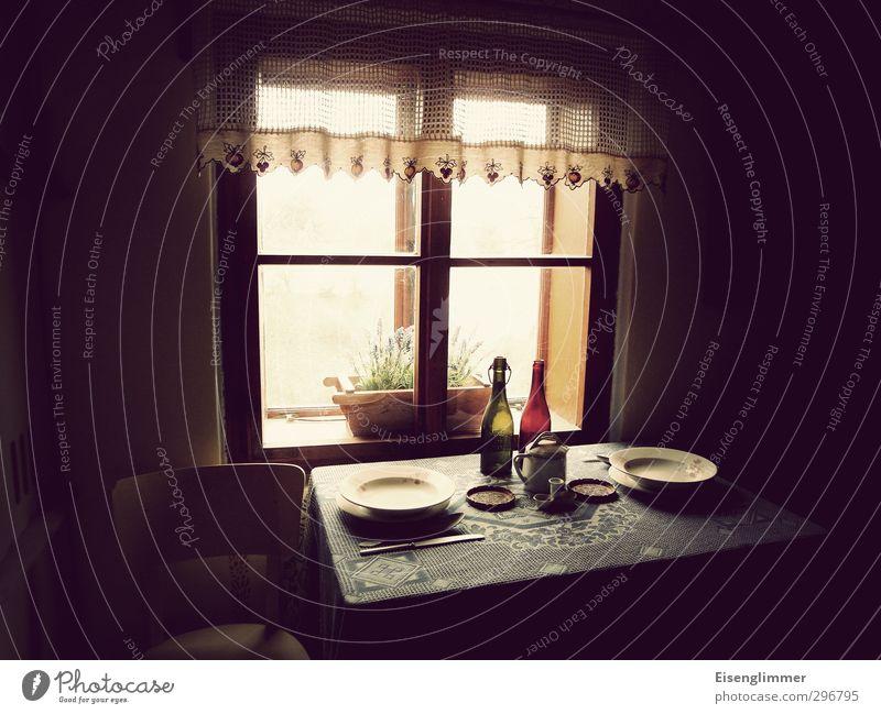 Mittagstisch Wohnung Möbel Stuhl Tisch Küche Küchentisch Kücheneinrichtung Teller Besteck Tischwäsche Flasche Suppenteller Gardine Fensterscheibe Autofenster