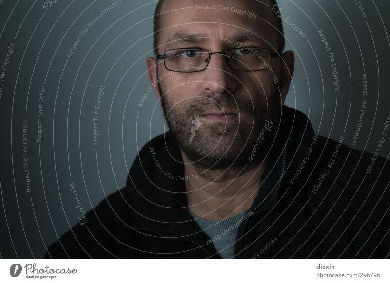 kopflastig | demaskiert pt.2 Mensch maskulin Mann Erwachsene Kopf Bart 1 45-60 Jahre Brille Blick dunkel Farbfoto Innenaufnahme Studioaufnahme