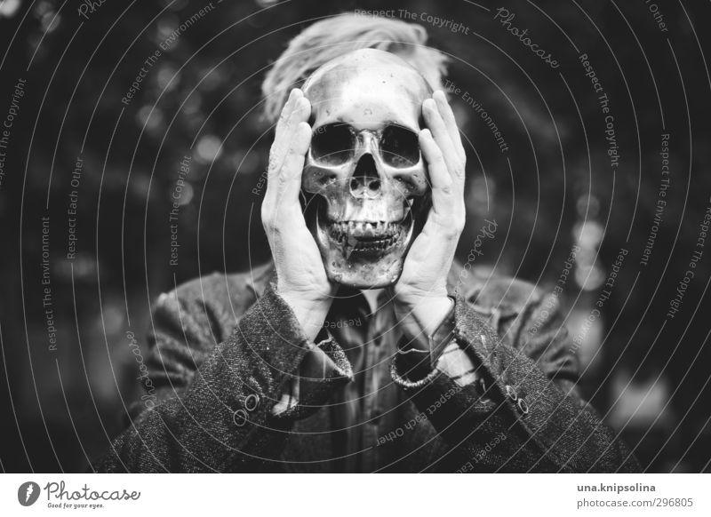 kopflastig | der tod steht ihm gut Mann Erwachsene Kopf Gesicht 1 Mensch 30-45 Jahre Park Friedhof blond Zeichen festhalten außergewöhnlich bedrohlich dunkel