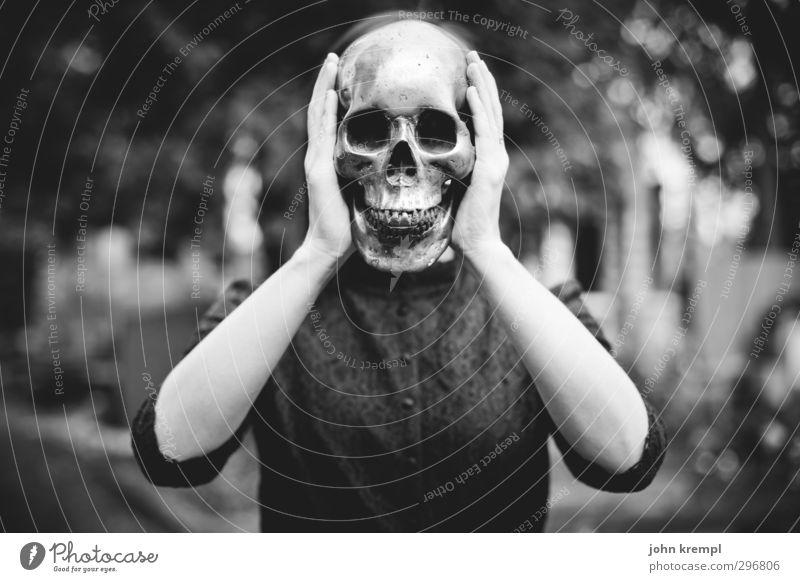 kopflastig   Der Schrei feminin Junge Frau Jugendliche Gesicht Schädel 1 Mensch 18-30 Jahre Erwachsene Friedhof stehen bedrohlich Coolness dunkel gruselig