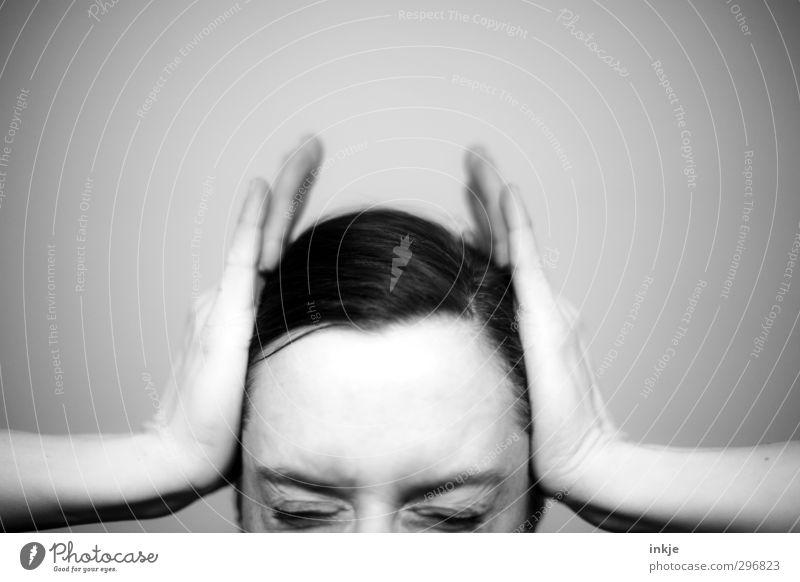 kopflastig | Migräne Mensch Frau Hand Gesicht Erwachsene Auge Leben Gefühle Kopf Gesundheitswesen festhalten Schmerz Gesichtsausdruck Druck drücken Verzerrung