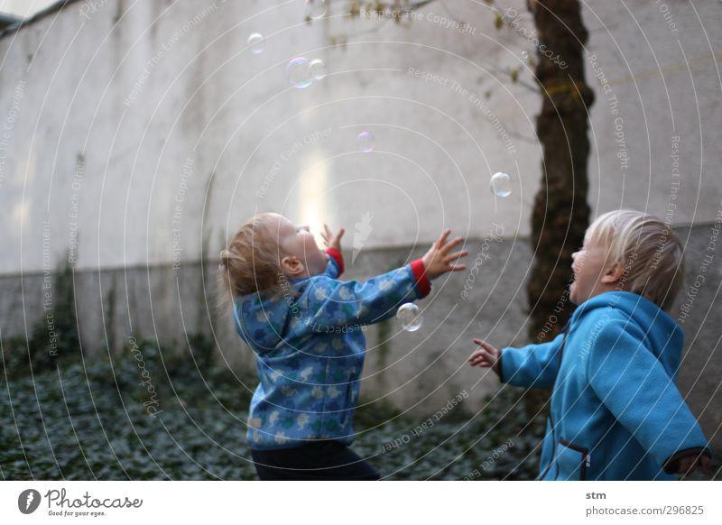 euphorie Gesundheit Mensch maskulin Kind Kleinkind Junge Freundschaft Kindheit 2 1-3 Jahre Garten Jacke Seifenblase Spielen sportlich blau Gefühle Freude Glück