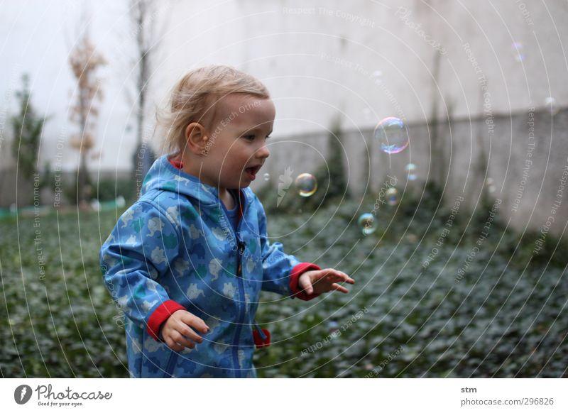 300 bunte seifenblasen Mensch Freude Gefühle Spielen Junge Glück Garten warten Wachstum Fröhlichkeit beobachten Neugier Kleinkind entdecken Seifenblase Spannung