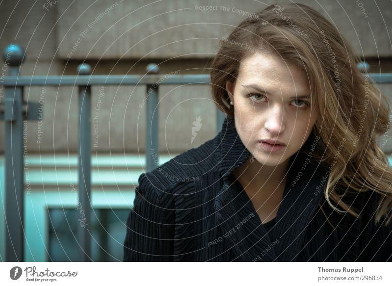 Anblicken Mensch Junge Frau Jugendliche Erwachsene 1 18-30 Jahre Haus Mauer Wand Fenster Gitter Mode Mantel Stoff brünett langhaarig Locken beobachten Blick
