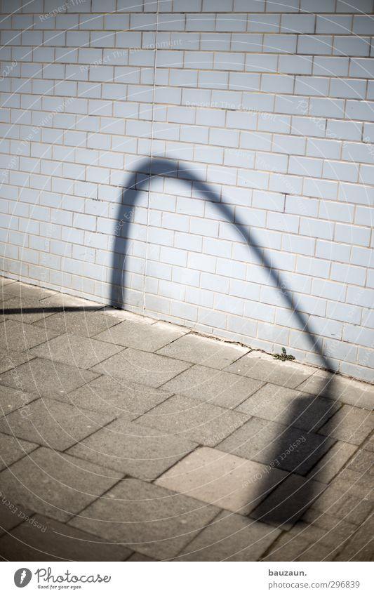 schatten seiner selbst. blau Stadt Sonne Haus Wand Straße Wege & Pfade Mauer Gebäude grau Stein gehen Fassade Energiewirtschaft Beton