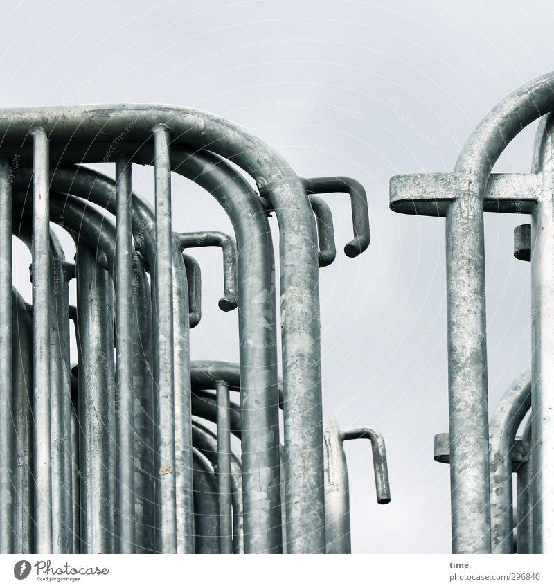 Sicherheitslager Stadt ruhig grau Metall glänzend Ordnung Wandel & Veränderung Macht Schutz Zaun Gesellschaft (Soziologie) Barriere silber Langeweile Gitter