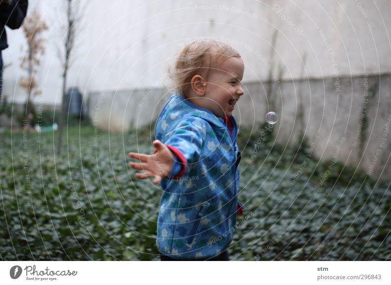 fliegen Mensch Kind blau Freude Leben Gefühle Spielen Junge Glück Garten Kindheit maskulin laufen Häusliches Leben Fröhlichkeit lernen