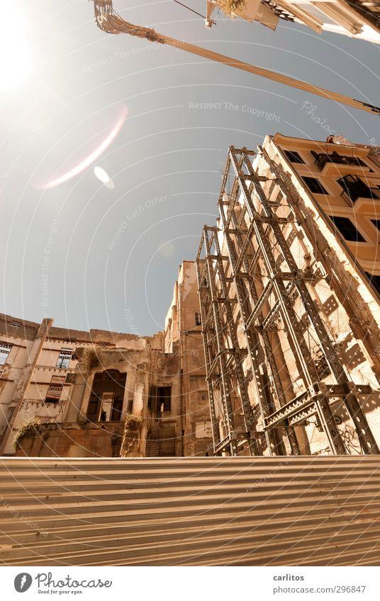 sicher ist sicher alt Sommer Wand Wärme Mauer Gebäude Fassade Schönes Wetter Baustelle Wolkenloser Himmel Barriere Stadtzentrum Konstruktion Hauptstadt