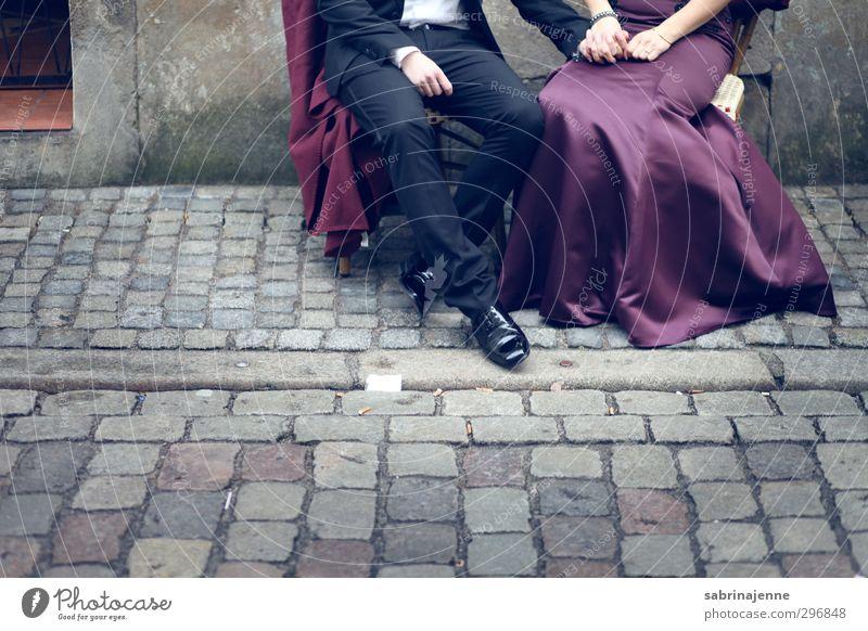 stein Mensch Paar Partner 2 18-30 Jahre Jugendliche Erwachsene Mode Bekleidung Kleid Anzug Fliege Gefühle Lebensfreude Vorfreude Euphorie Farbfoto Außenaufnahme