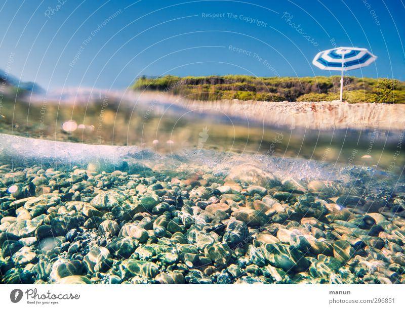 Urlaubsfeeling Lifestyle Ferien & Urlaub & Reisen Sommer Sommerurlaub Sonnenbad Strand Meer Wellen Natur Landschaft Wasser Himmel Wärme Küste Sonnenschirm