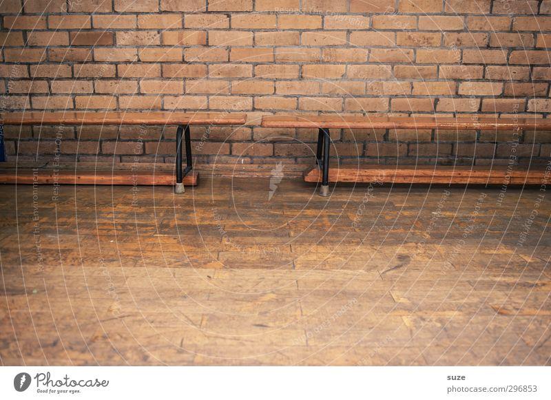 Bankverbindung Sport Leichtathletik Sportstätten alt einfach retro braun Sporthalle Holzbank Sitzgelegenheit Turngerät Parkett Holzfußboden Wand Backsteinwand