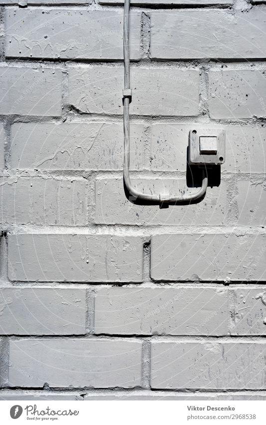 Elektrischer Schalter an der weißen Wand Haus Technik & Technologie Mensch Hand Beton Kunststoff grau schwarz Energie Hintergrund altehrwürdig Konsistenz