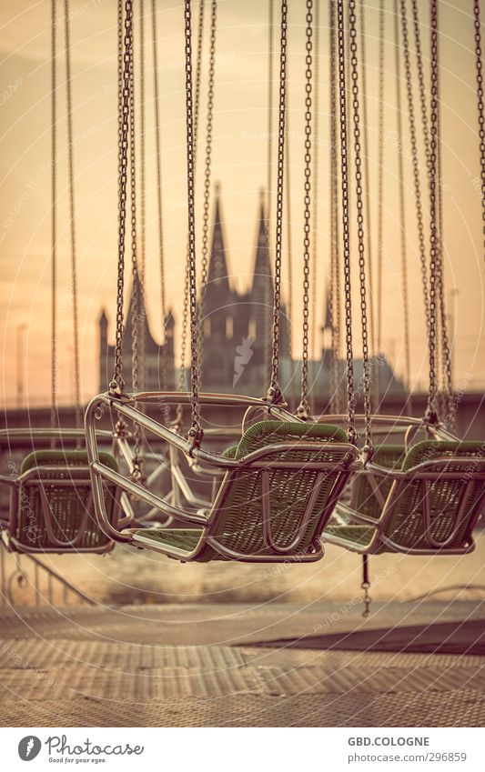 Dom-Schaukel Tourismus Ausflug Abenteuer Ferne Sessel Veranstaltung ausgehen Feste & Feiern Stadt Stadtrand bevölkert Sehenswürdigkeit Kitsch retro braun orange