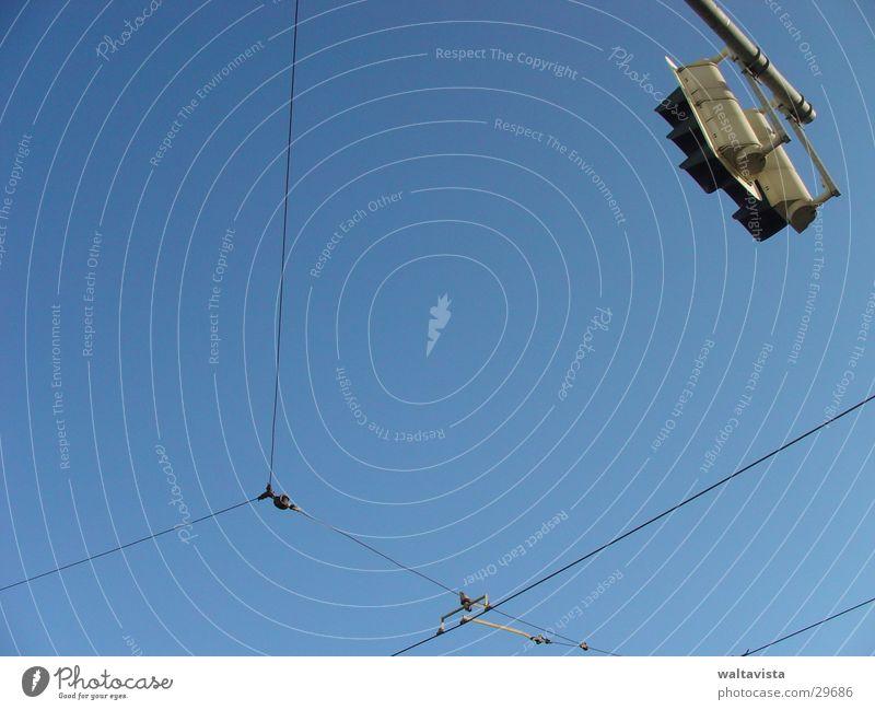 Kreuzung Verkehr Ampel Oberleitung Draht Straßenbahn Mischung Kabel Himmel blau