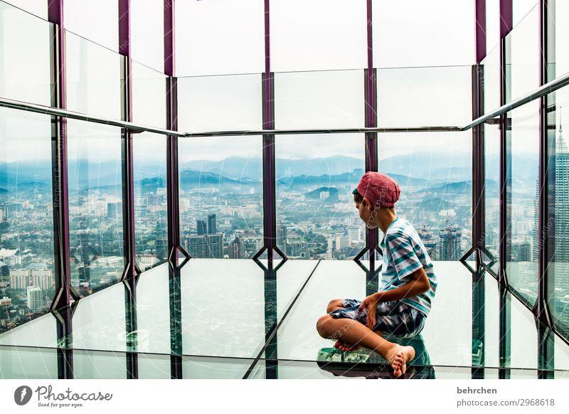 manchmal bleibt nur das staunen Sohn Porträt Sonnenlicht Kontrast Licht Tag Außenaufnahme Farbfoto Fernweh Petronas Twin Towers außergewöhnlich Wahrzeichen