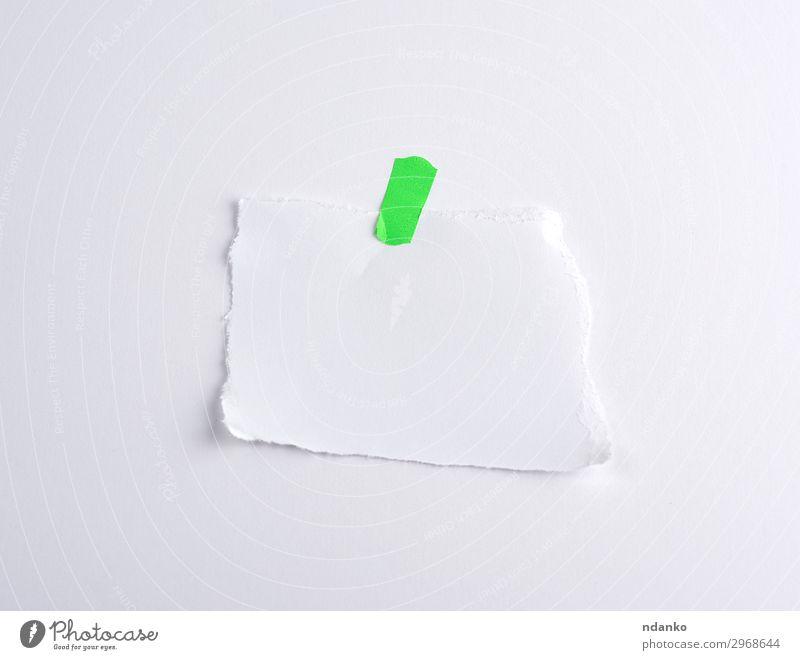 abgerissenes weißes Stück Papier, aufgeklebt auf grünem Klettverschluss Büro Sammlung oben Information Scheitel Element Hintergrund Transparente blanko