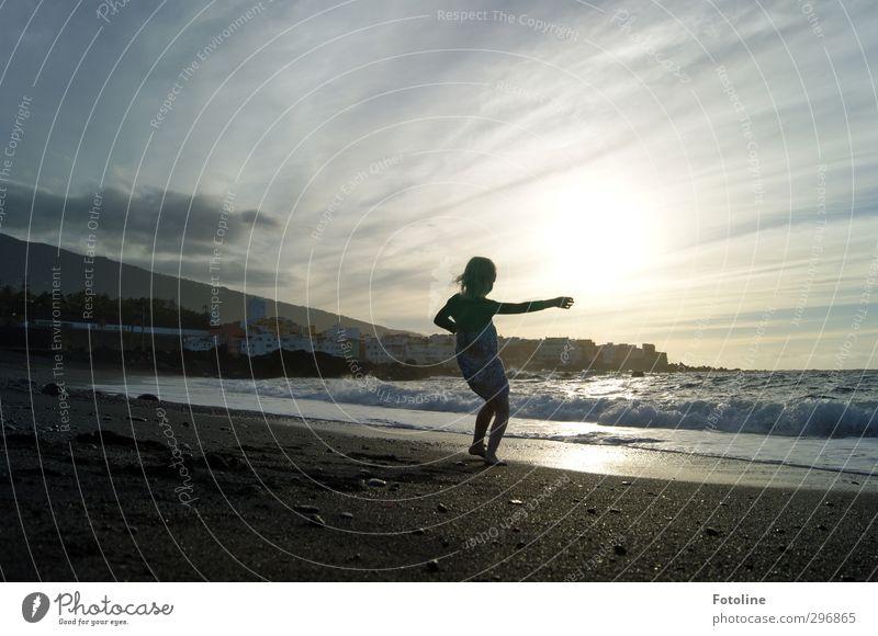 Dort hinten liegt das Märchenland! Mensch Kind Mädchen Kindheit 1 Umwelt Natur Landschaft Urelemente Wasser Himmel Wolken Sommer Schönes Wetter Wärme Wellen