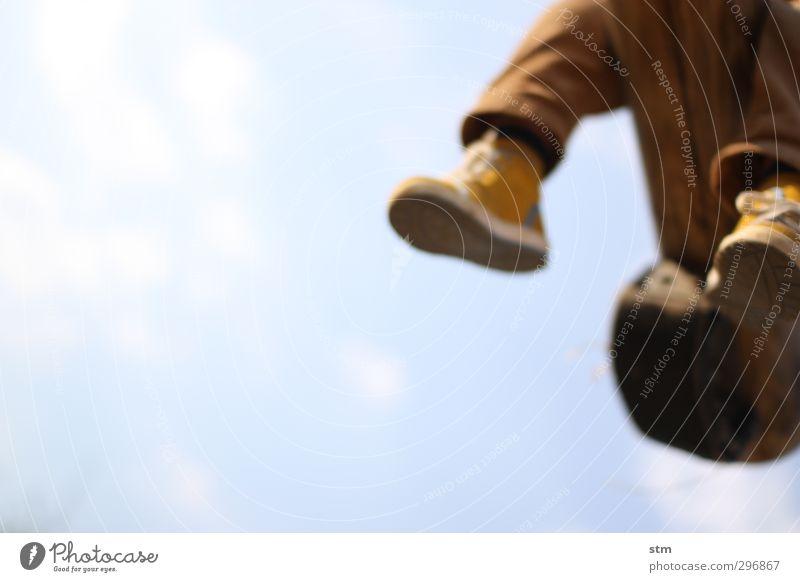 sonnentag Mensch Kind Himmel blau Freude Wolken gelb Gefühle Spielen lustig Glück Fuß Kindheit Schuhe Freizeit & Hobby authentisch