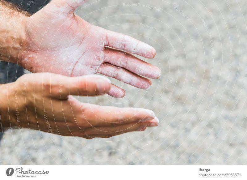Hands of Man übt Klettern im Klettern. Lifestyle Freude Freizeit & Hobby Sport Bergsteigen Finger Felsen Fitness hängen stark schwarz Kraft Konzentration Aktion