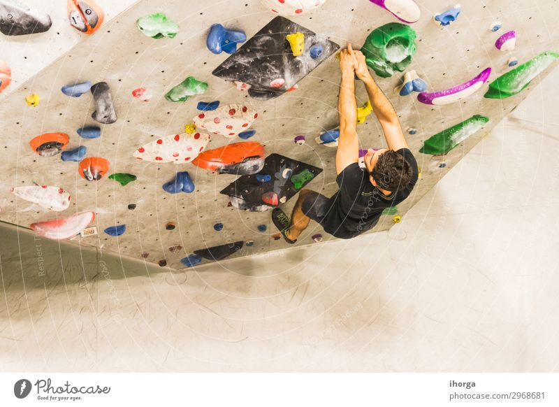 Mann übt Klettern an einer künstlichen Wand in Innenräumen. Lifestyle Freude Freizeit & Hobby Sport Bergsteigen wandern Erwachsene 1 Mensch 18-30 Jahre