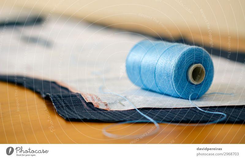 Garnrolle in einer Näherei Design Freizeit & Hobby Tisch Handwerk Business Mode Bekleidung Stoff blau Spule Faser Damenschneiderin Werkstatt Atelier Schneider