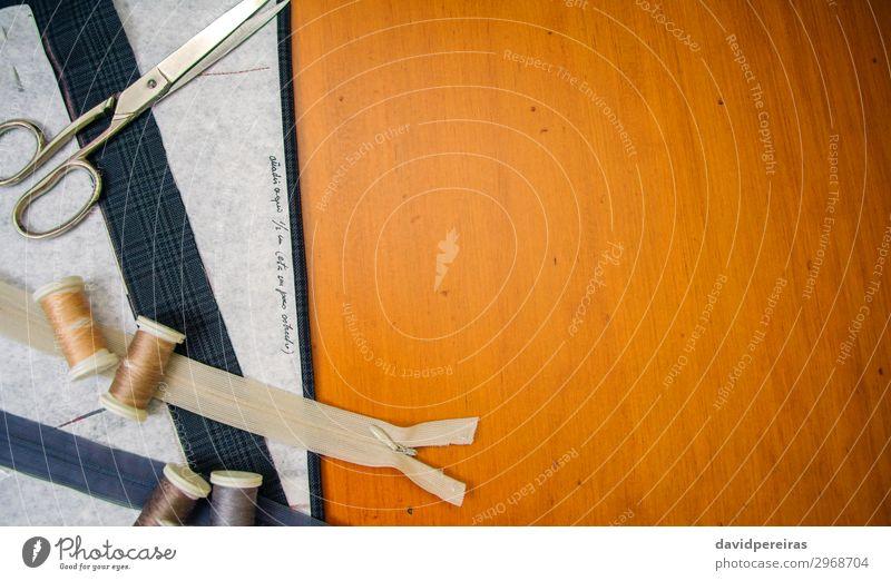 Nähmaterialien auf einem Tisch Stil Design Freizeit & Hobby Basteln Arbeit & Erwerbstätigkeit Fabrik Industrie Handwerk Werkzeug Schere Fluggerät Mode