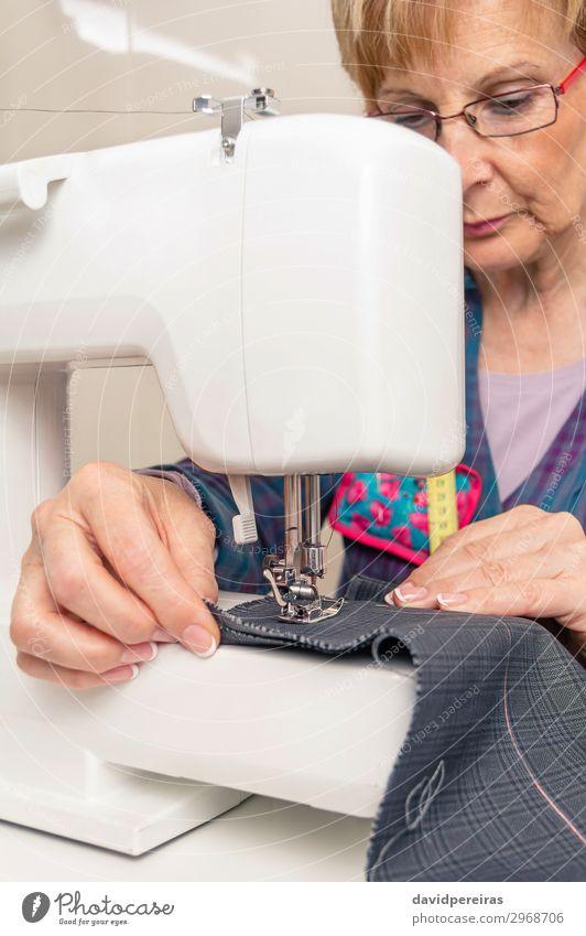 Seniorin der Näherin bei der Arbeit an der Nähmaschine Design Handarbeit Arbeit & Erwerbstätigkeit Beruf Industrie Handwerk Frau Erwachsene Mode Bekleidung