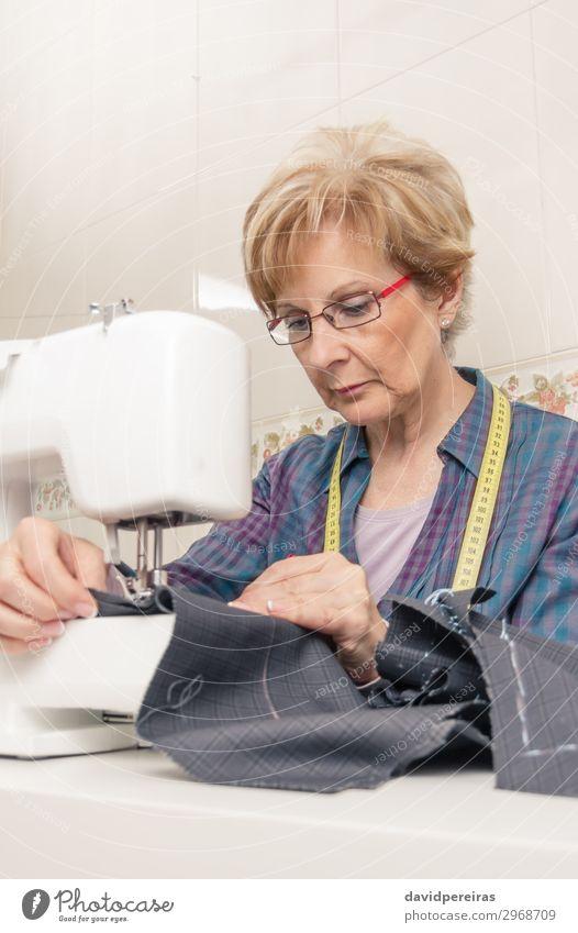 Senion Näherin Frau arbeitet an der Nähmaschine Design Handarbeit Arbeit & Erwerbstätigkeit Beruf Industrie Handwerk Erwachsene Mode Bekleidung Kleid Stoff