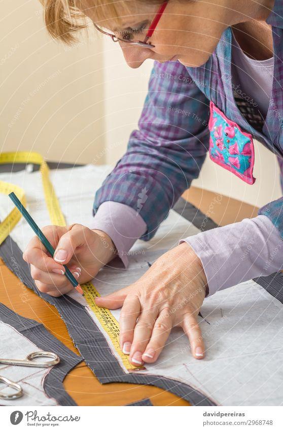 Schneiderin Zeichnung Schneider Muster auf dem Tisch Design Basteln Arbeit & Erwerbstätigkeit Beruf Industrie Handwerk Werkzeug Schere Nähmaschine Frau