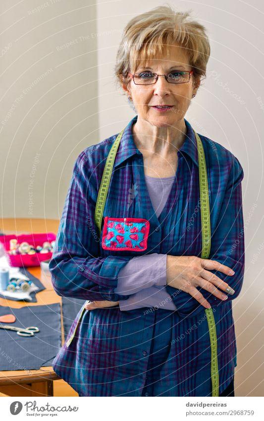 Frau Mensch alt Lifestyle Erwachsene Business Mode Design Freizeit & Hobby Lächeln Tisch stehen authentisch Bekleidung Freundlichkeit Körperhaltung