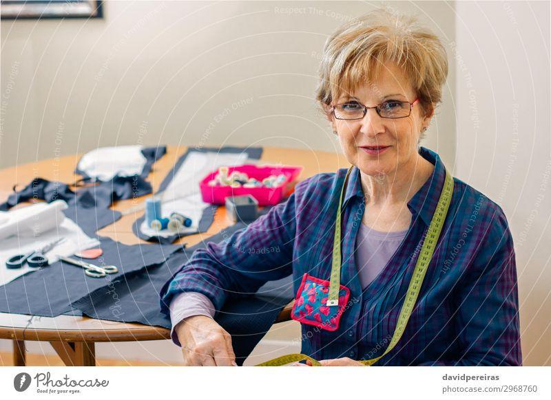 Frau Mensch alt Lifestyle Erwachsene Business Textfreiraum Mode Freizeit & Hobby Lächeln Tisch authentisch Bekleidung Freundlichkeit Körperhaltung Stoff