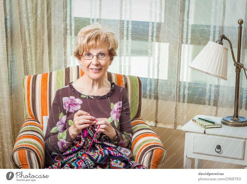 Porträt einer Frau, die eine alte Wolldecke strickt. Erholung Freizeit & Hobby stricken Arbeit & Erwerbstätigkeit Handwerk Mensch Erwachsene Mutter Großmutter