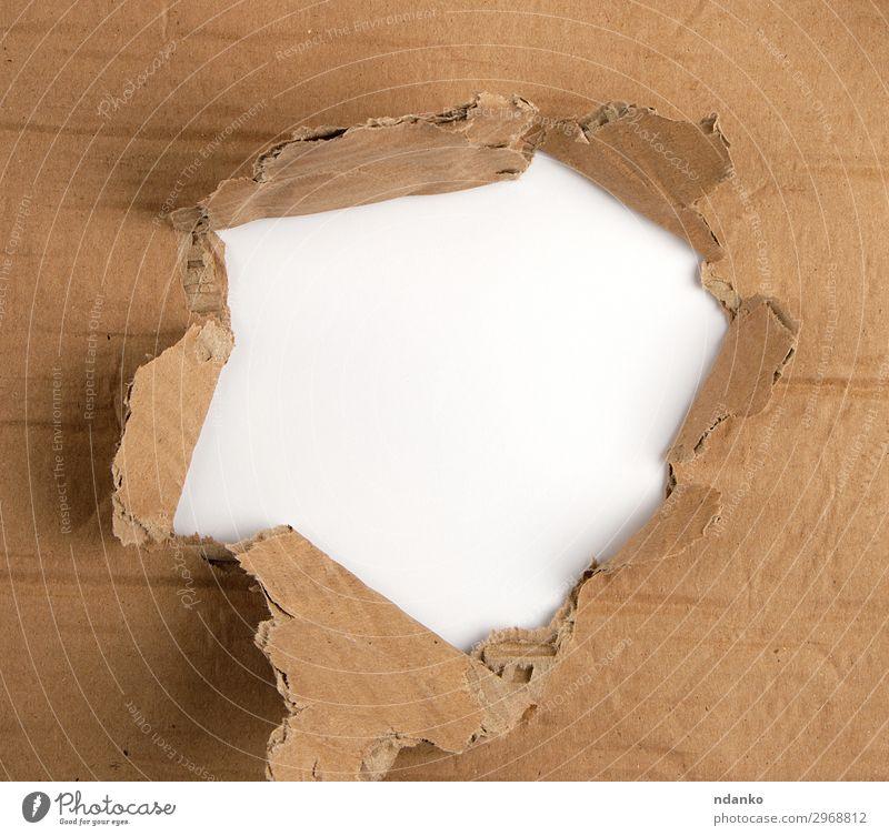 braunes Blatt Papier mit Loch, Vollrahmen Design alt unten weiß Idee Hintergrund blanko Borte Pause Gewehrkugel Karton kreisen Entwurf Kopie Riss Schaden Saum