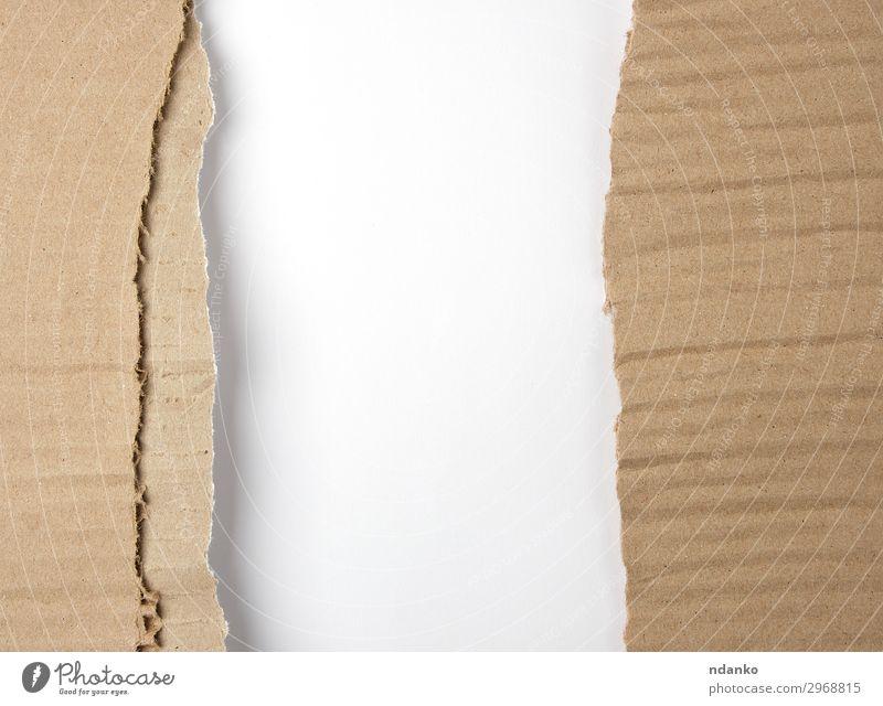 braunes Papier aus der Schachtel, gerissener Rand Stil Design Dekoration & Verzierung Handwerk alt dreckig retro weiß Hintergrund blanko Karton Saum leer Rahmen