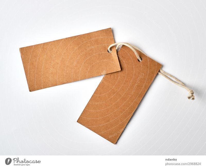 leeres papierbraunes Etikett am Seil Handwerk Papier hängen verkaufen natürlich weiß Idee konzeptionell Hintergrund blanko Postkarte Karton Geschenk Kraft
