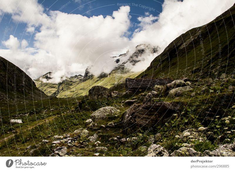 Hütte mit Gebirge Umwelt Natur Landschaft Pflanze Urelemente Wolken Sommer Klima Schönes Wetter schlechtes Wetter Alpen Berge u. Gebirge Gipfel beobachten
