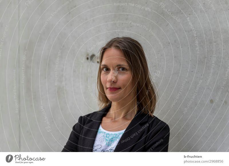 Frauenportrait, Betonwand Haare & Frisuren Gesicht Büroarbeit Wirtschaft Business Karriere Erfolg Team Erwachsene 1 Mensch 30-45 Jahre brünett