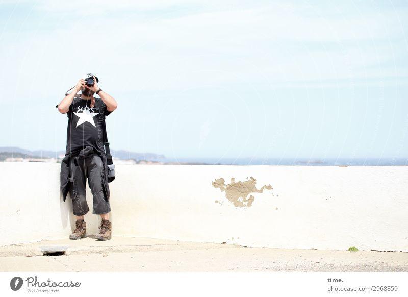 für den richtigen Winkel | immer an der Wand lang maskulin Mann Erwachsene 1 Mensch Künstler Fotograf Fotografie Fotokamera Himmel Horizont Mauer T-Shirt Hose