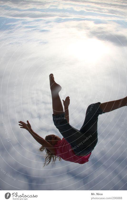 red bull Sommer feminin Mädchen Kindheit Körper Arme Beine 1 Mensch 8-13 Jahre Umwelt Himmel Wolken fallen fliegen springen frei verrückt Freiheit ausgestreckt
