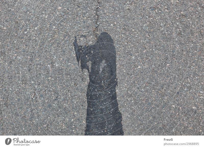 er ist wieder da   on the road again schwarz Straße grau Angst Körper bedrohlich Zeichen Asphalt Überraschung Riss Axt Scharfrichter