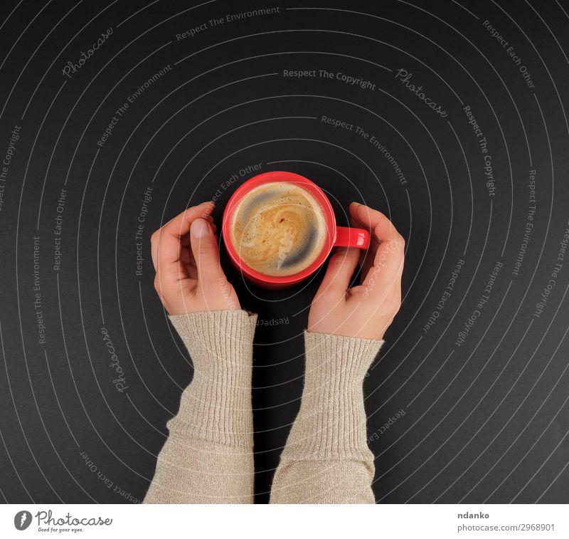 rote cremefarbene Tasse mit schwarzem Kaffee in weiblichen Händen Frühstück Kaffeetrinken Getränk Design schön Dekoration & Verzierung Hand Natur Essen frisch