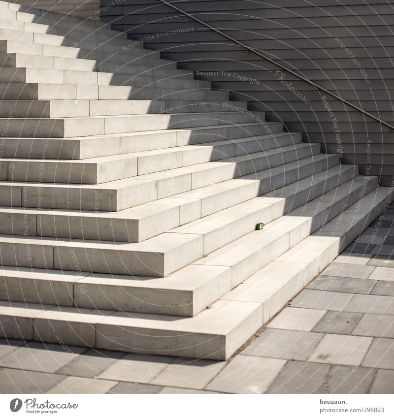sonnenseite. Sommer Sonne Wand Wege & Pfade Mauer Frühling Architektur Gebäude grau Stein gehen Linie Fassade Treppe Kraft elegant