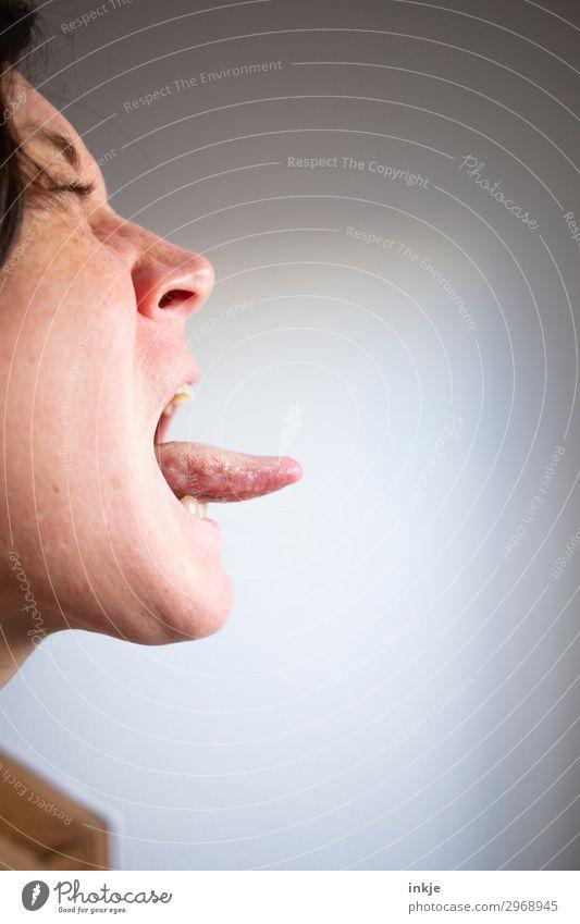 Firlefanz Frau Mensch Jugendliche 18-30 Jahre Gesicht Lifestyle Erwachsene Leben Gefühle authentisch lang Geschmackssinn frech Ekel Aggression Grimasse