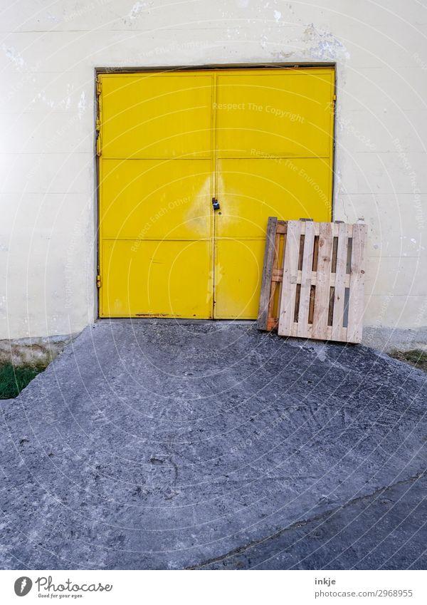 kubanisches Garagentor gelb Tür geschlossen einfach Kuba Tor Lagerhalle Rampe Paletten angelehnt Autobahnauffahrt