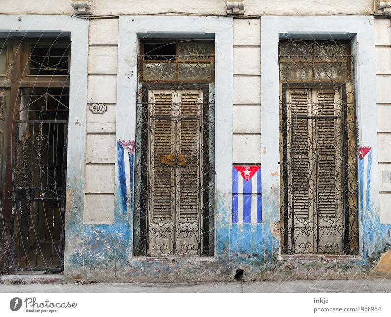 kubanische Flaggen alt Haus Fenster Fassade Tür dreckig authentisch geschlossen Fahne Kuba verfallen Gitter verwittert angemalt Holztür Holzfenster