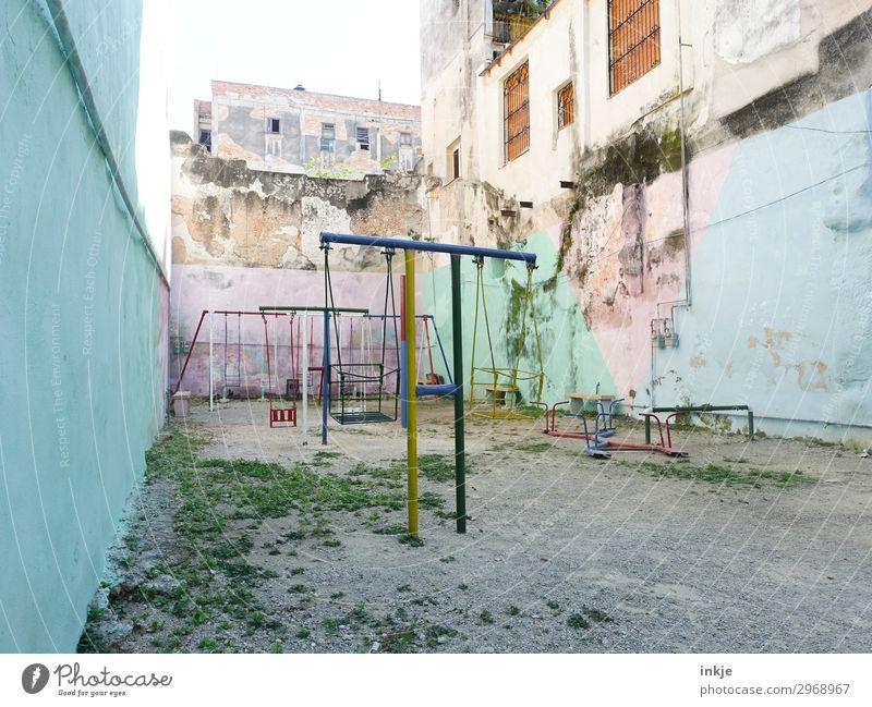 kubanischer Spielplatz Menschenleer Haus Hochhaus Platz Mauer Wand Schaukel Wippe Hof alt Armut authentisch einfach verfallen Kuba Farbfoto mehrfarbig