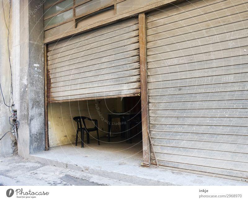 kubanische Mittagspause Menschenleer Tor Garage Garagentor Lamelle Eingangstor Stuhl alt authentisch dunkel einfach braun grau Hälfte geschlossen offen