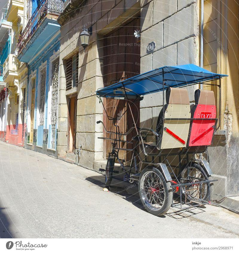 kubanische Rikscha Kleinstadt Stadt Menschenleer Haus Fassade Verkehr Verkehrsmittel Personenverkehr authentisch außergewöhnlich einfach blau mehrfarbig rot