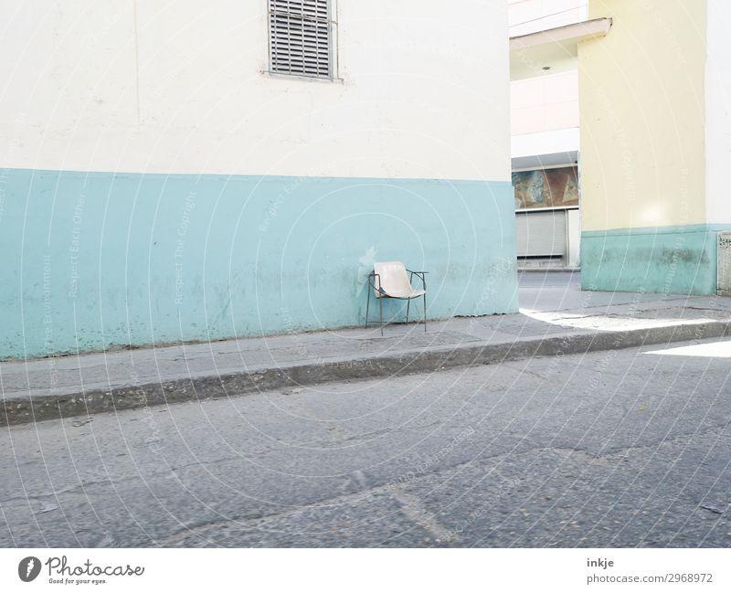 kubanischer Stuhl Kleinstadt Menschenleer Haus Mauer Wand Fassade Fenster Straße Bürgersteig Armut authentisch klein retro blau türkis weiß kahl Einsamkeit Kuba